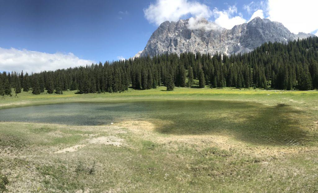 Der Igelsee im oberen Gaistal mit Blick auf die Zugspitze