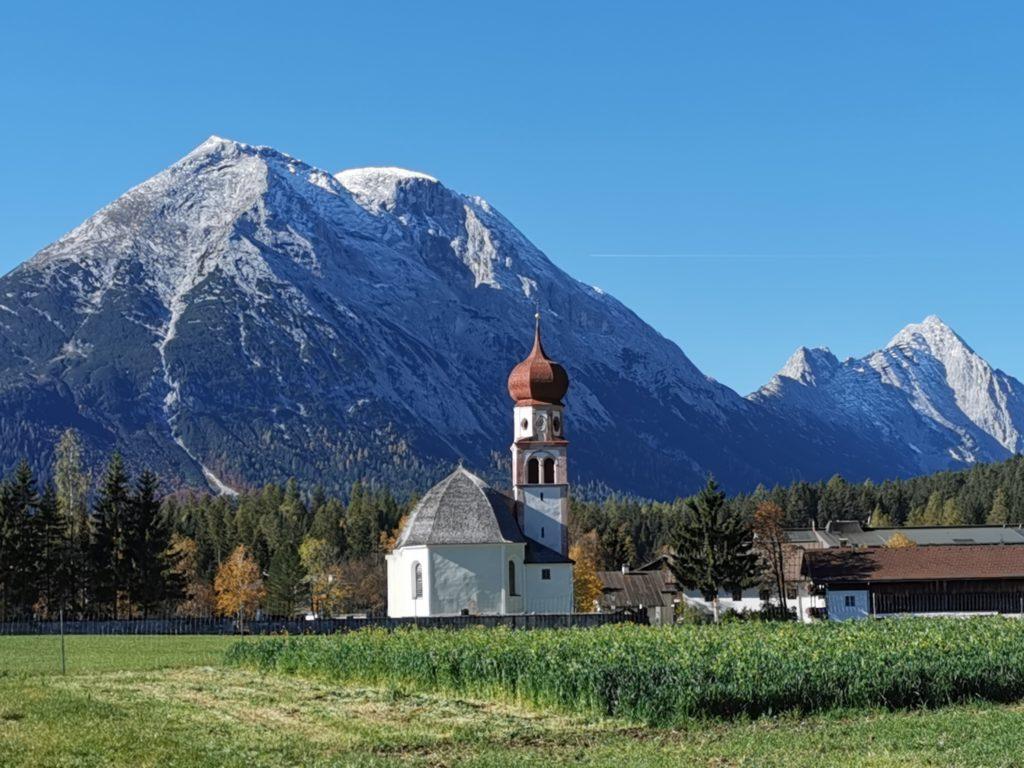 Leutasch Platzl mit Kirche und Blick auf die Hohe Munde