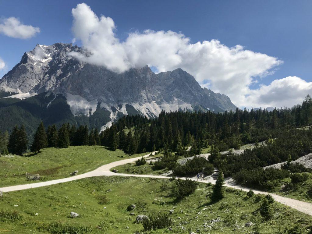 Die Wege zum Seebensee, hinten das Wettersteingebirge