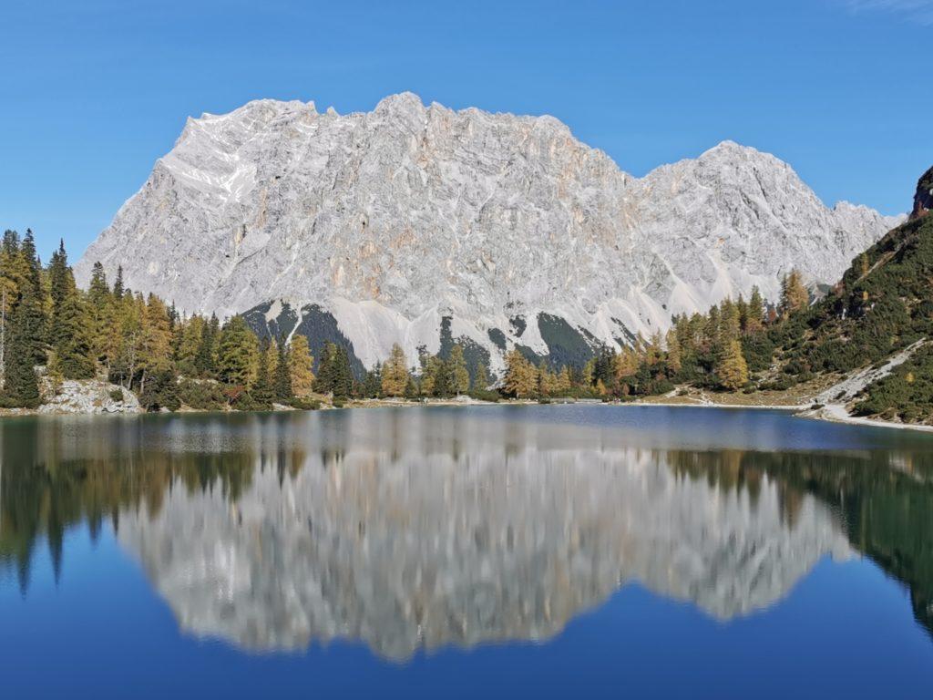 Zugspitze mit Seebensee im Herbst