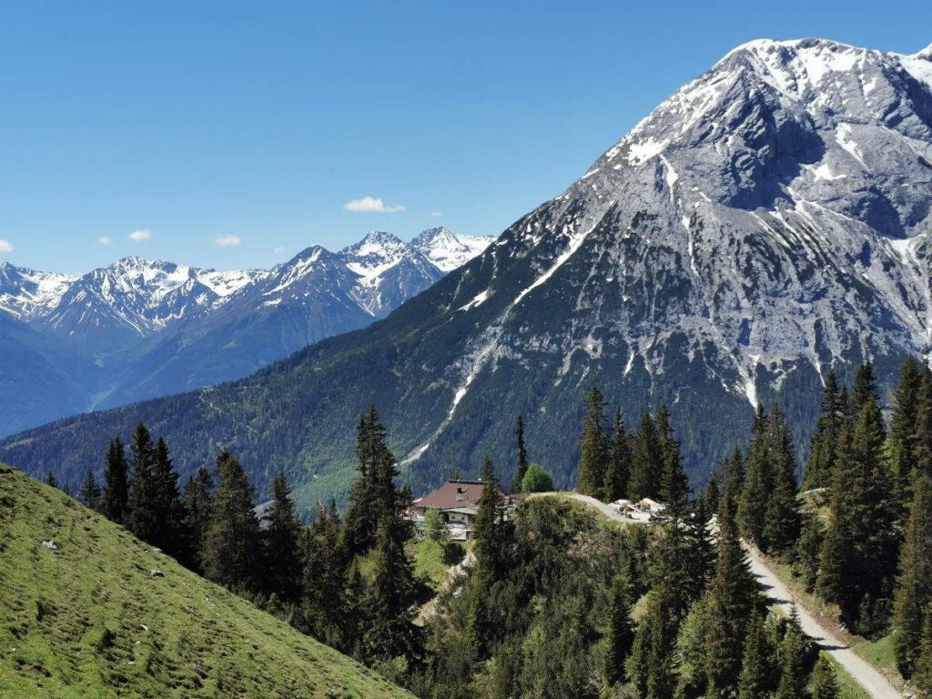 Gaistal wandern mit Blick auf die Hohe Munde und die Wettersteinhütte