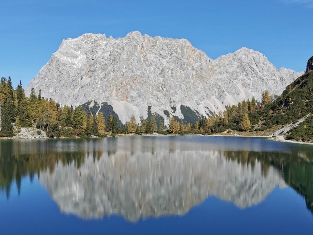 Zugspitze Seen - ich zeige dir die schönsten Seen an der Zugspitze bzw. mit Zugspitzblick! Im Bild: Der Seebensee, dahinter die Zugspitze mit dem Wettersteingebirge