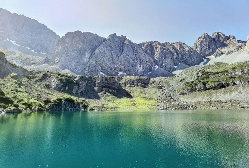 Drachensee Österreich - traumhafte Kulisse mit den schroffen Bergen der Mieminger Kette